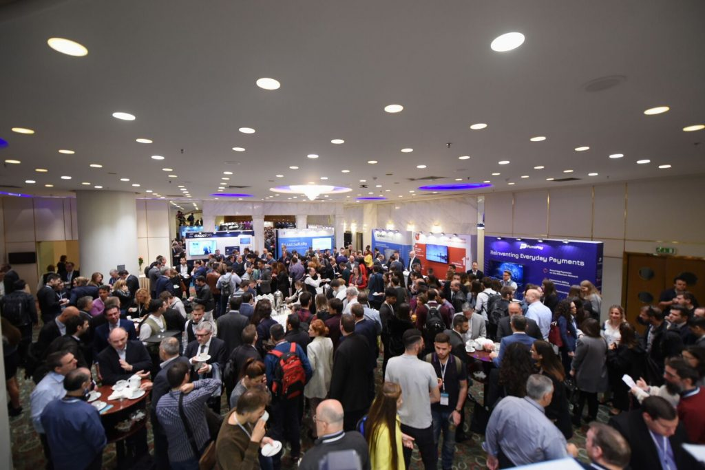 Crowd of attendees at Decentralized 2018